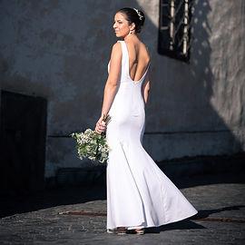 Krásna nevesta stojí na námestí v Kremnici. Svadobné fotky nevesty.