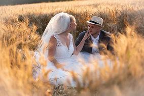 nevesta a ženích majú romantický moment v tráve, Prievidza, stodola, Partizánske