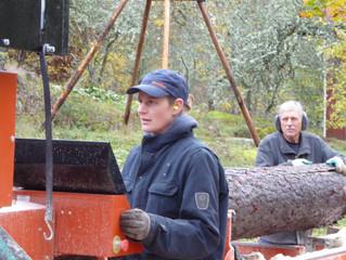 Die morschen Planken und Holzteile des Brio werden durch Holz aus dem eigenen Wald ersetzt. Das selb