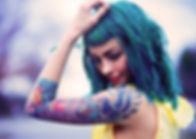 Девушка с татуировкой плеча