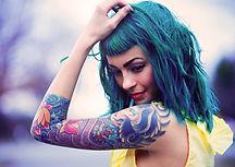 Ragazza con un tatuaggio della spalla