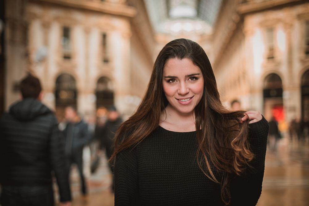 Chica adolescente de viaje en Europa