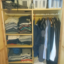 Volller chaotischer Kleiderschrank