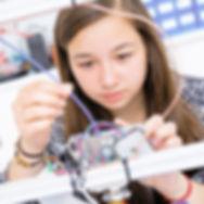 Mädchen füllt Filament in den 3D-Drucker