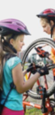 Mädchen reparieren Fahrräder