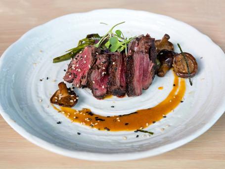 filete-carne-kobe-japones-cebolla-setas-salsa-ponzu-plato_59436-8.jpg