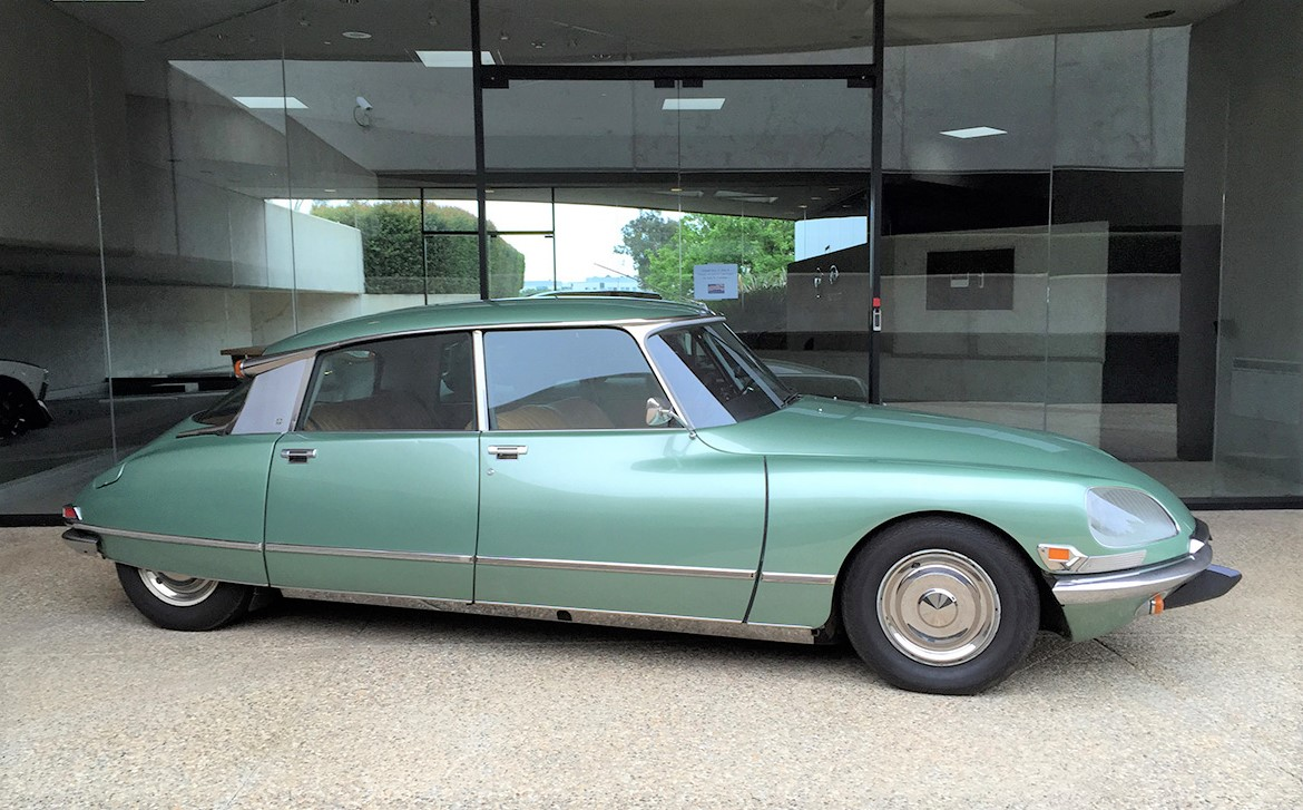 1972_Green_Citroen_DS21_Front