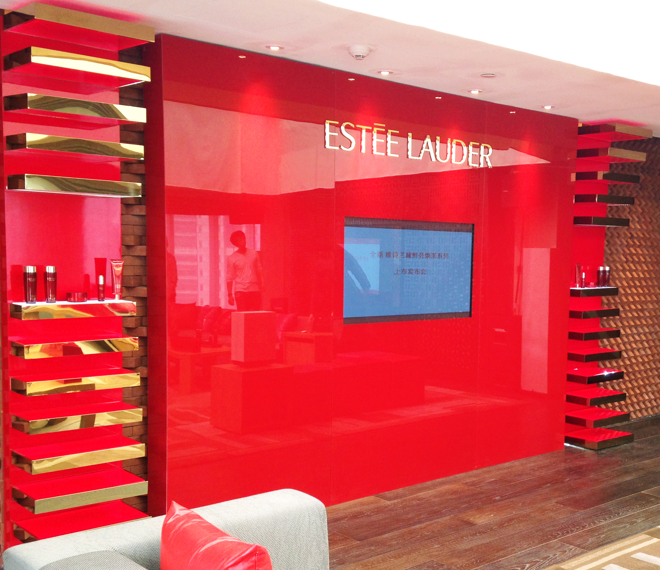 Estée Lauder Display Video Screen