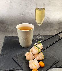 Mug de thé Béatrice Bruneteau avec coupe de Champagne et plat de Ha-Kao