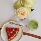Tarte aux fraises et tasse de thé Matcha