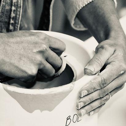 Mains fabricant de la céramique