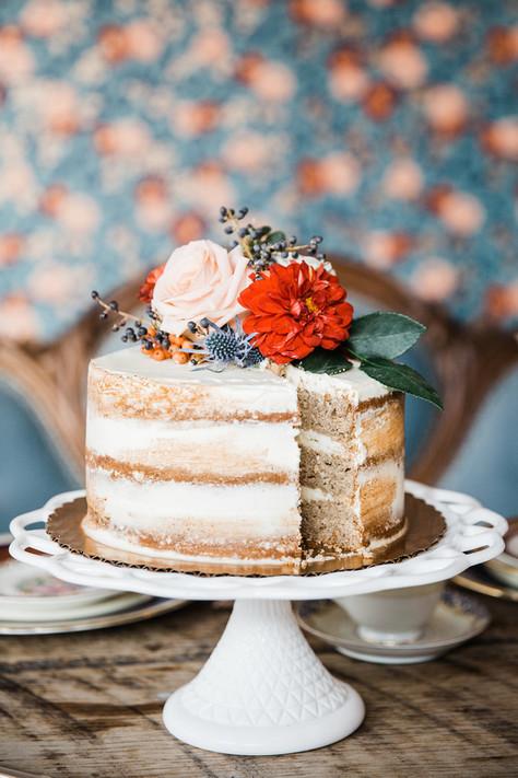 milkglass-cake-plate-wedding-cake-flowers
