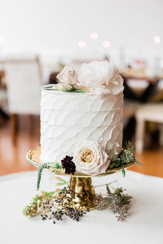 ivory-wedding-cake-on-gold-pedestal