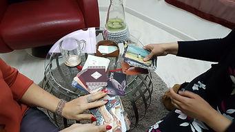 מחזיקות קלפים טיפוליים בקליניקה - אצלי על השולחן