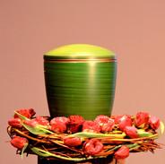 Urnenkranz aus Weide mit Tulpen und Rose