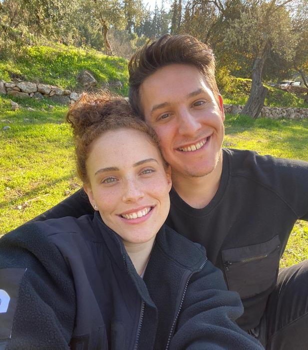 Oleh Daniel Friedman sitting outside with his girlfriend