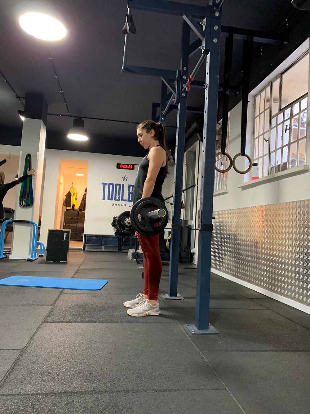 Oleh Rebecca Pash lifting weights at a gym