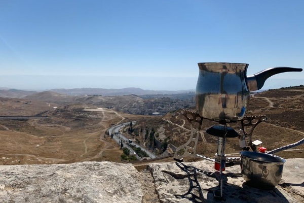 A pakal kafe at the edge of the Yehudai Lookout Point