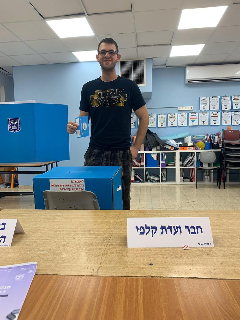Oleh Jonathan Reizes voting in the Israeli elections