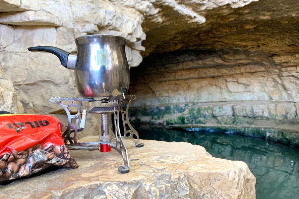 A pakal kafe kit set up at the edge of the Ein Sapir pool