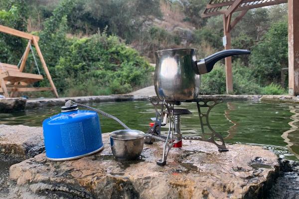 A pakal kafe kit set up on the edge of the Einot Aner pool