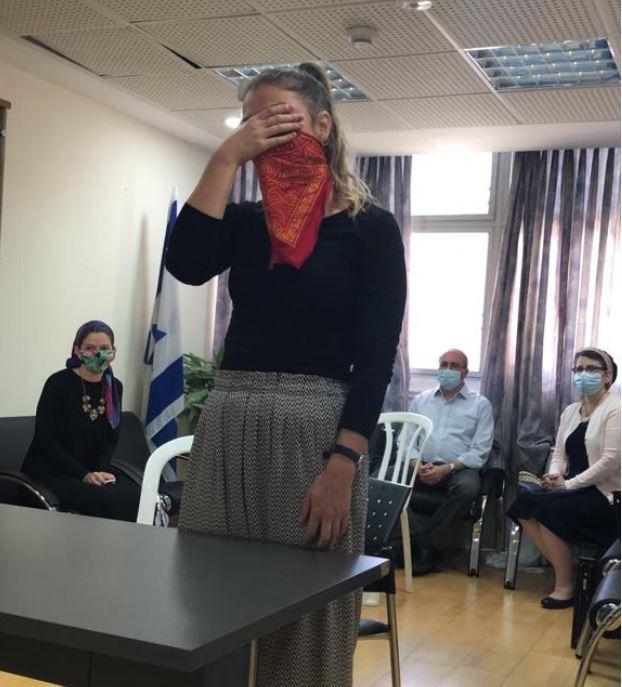 Oleh Sarah Stahl saying the Shema before the Tel Aviv Beit Din