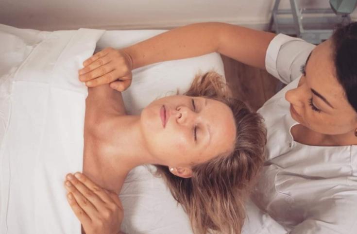 Olah Yudith Guttman giving a massage to a female client