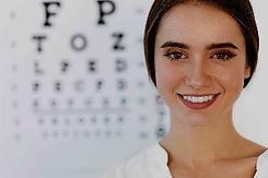 Junge Dame beim Augenarzt in Aschaffenburg