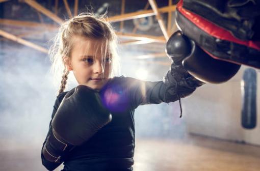 Apprendre aux enfants à se défendre en boxant avec David Masset instructeur 3eme Dan de krav maga et karaté contact dans la région de Biarritz, Anglet, Bayonne et St Gaudens.