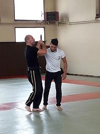 David Masset instructeur 3eme dan de Krav maga montre en coaching individuel comment se défendre contre un couteau