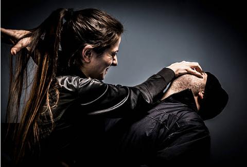 David Masset instructeur de combat vous apprends à frapper les yeux d'un agresseur