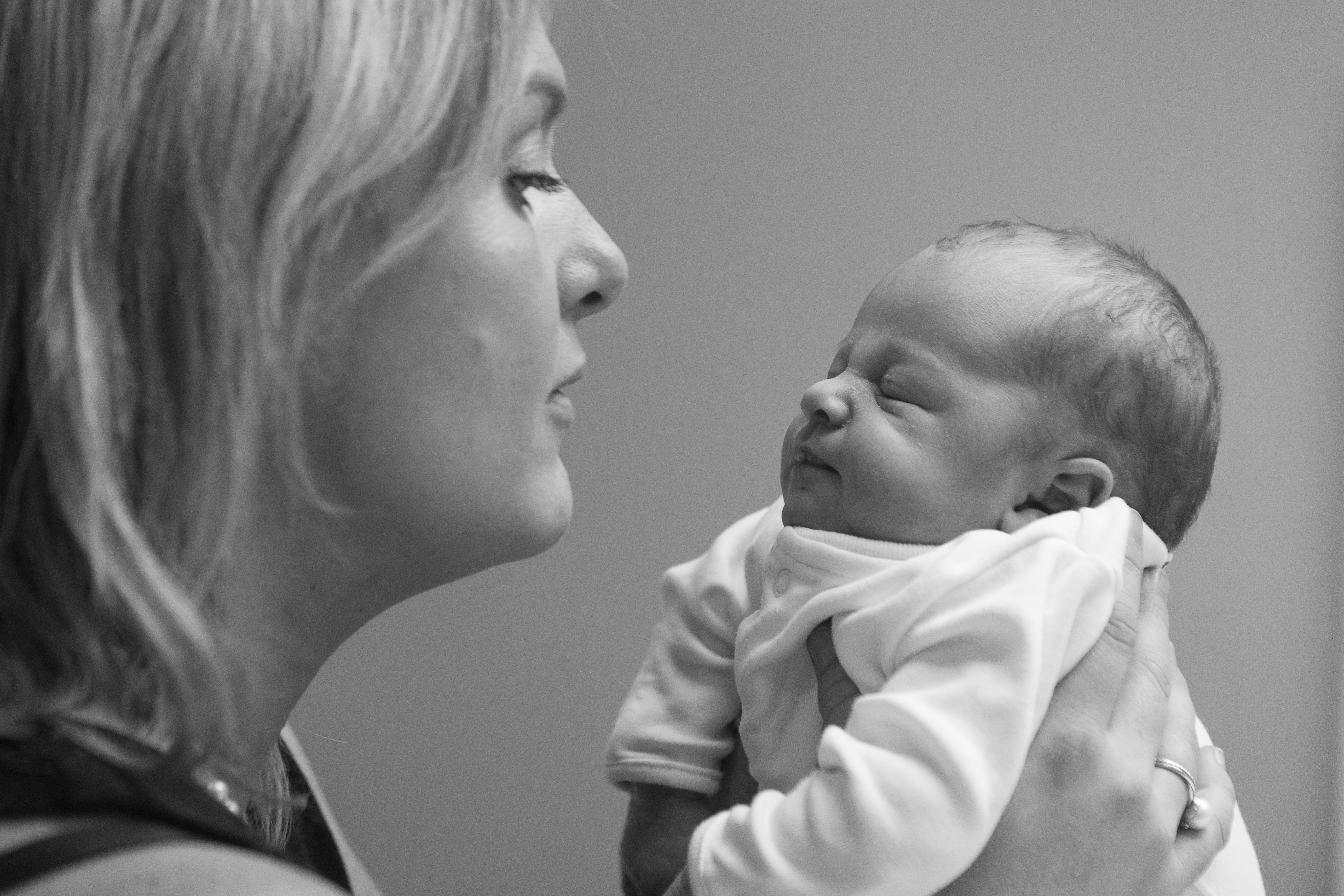 Mother_Newborn_Portrait_At_Home