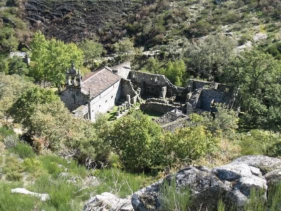 igreja-e-ruinas-do-mosteiro-de-santa-mar