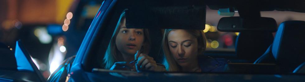 foto cena ela e irma carro.jpg