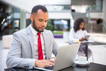 executivo-serio-confiante-trabalhando-du