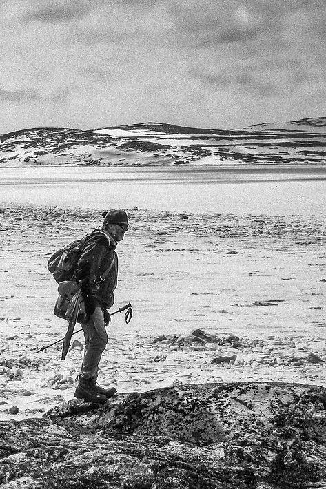 Marc-André Pauzé marchant dans la toundra arctique