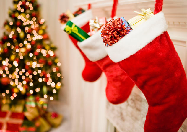 christmas-stockings-hanging--christmas-tree-in-background--close-up-sb10067362v-001-5991a1