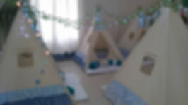 Nossas Cabanas tem 1,40m x1,40m x1,50m (altura interna), e acomodam 2 crianças/cada. Elas acompanham varal de bandeirinhas com o nome do aniversariante e cordões de luz (casulo ou bolas) para decorar o ambiente.  Temos também o Kit Soninho composto por: colchonete, lençol, travesseiro, fronha e manta em microfibra. Ele também funciona em regime de locação.