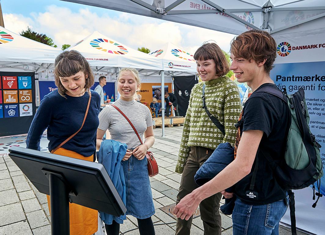 Skoleelever prøver kræfter med den interaktive skærm fra Dansk Retursystem