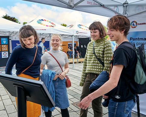 Skoleelever og den interaktive skærm fra Dansk Retursystem