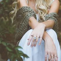 Femme portant des anneaux