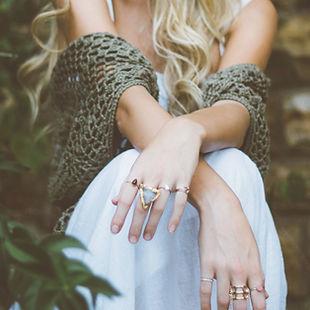 Женщина носить кольца