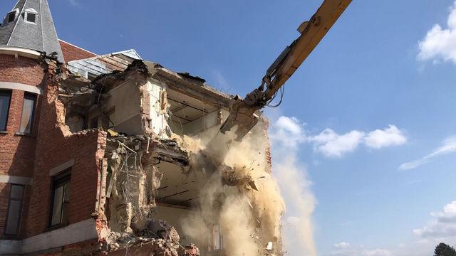 De afbraakwerken van het oude gebouw schieten op!