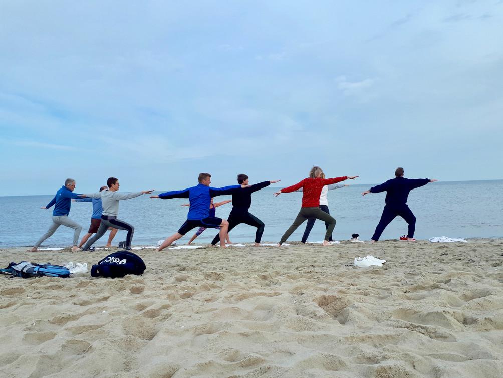 Teambuilding op de wadden: Yoga op het strand met je team
