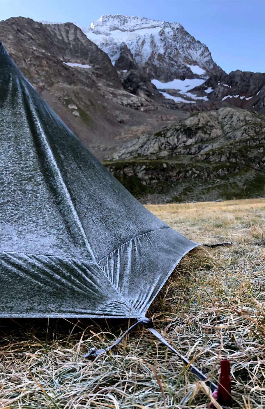 Ultraleicht Zelt mit frost bedeckt mit Blick auf verschneite Berge.