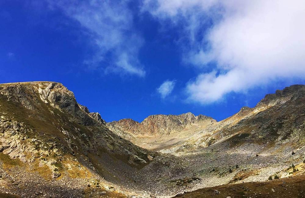 Sicht auf den Berggipfel Pic du Canigou in den Pyrenäen
