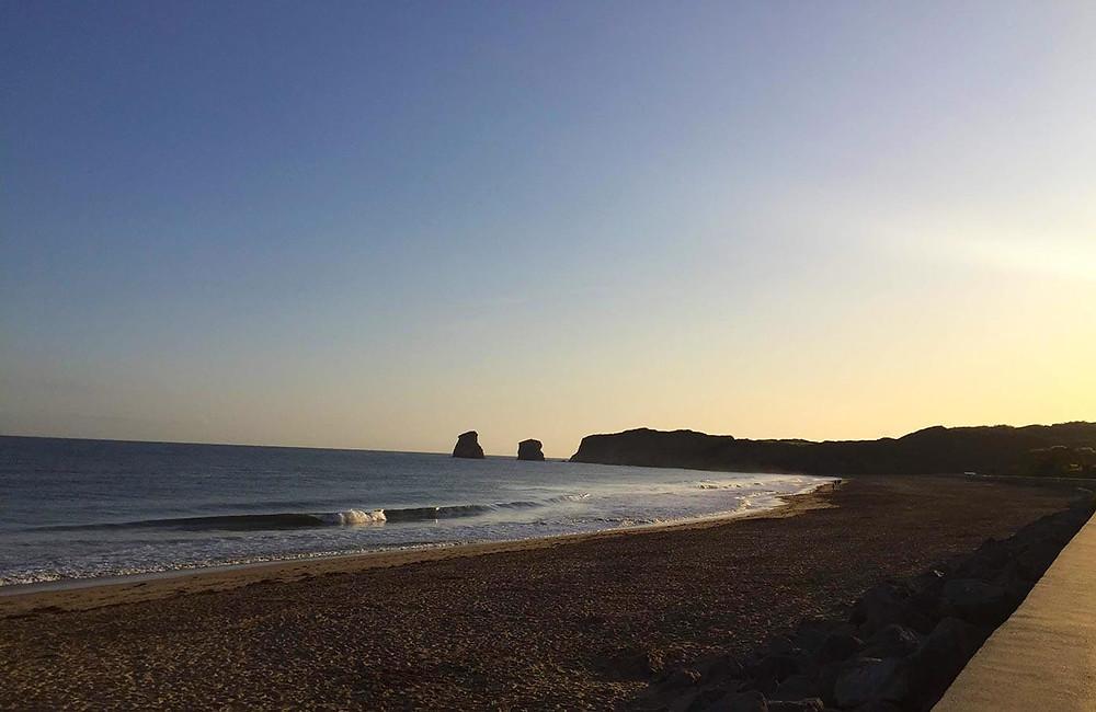 Sonnenaufgang in Hendaye Plage mit Blick aufs Meer und Strand