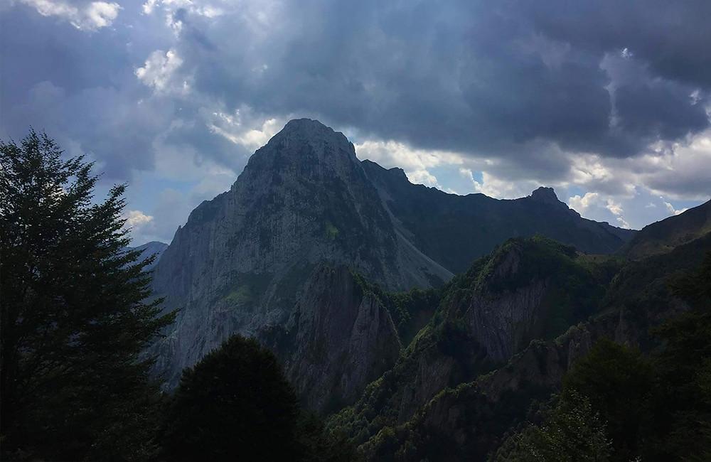 Ausblick auf den Berggipfel Pic d'Anie in den französischen Pyrenäen