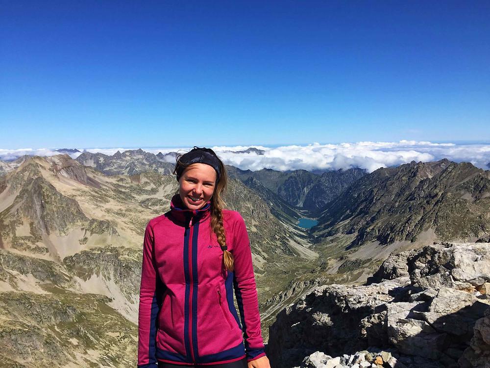 Caro auf dem Petite Vingemale bei ihrer Fernwanderung durch die Pyrenäen