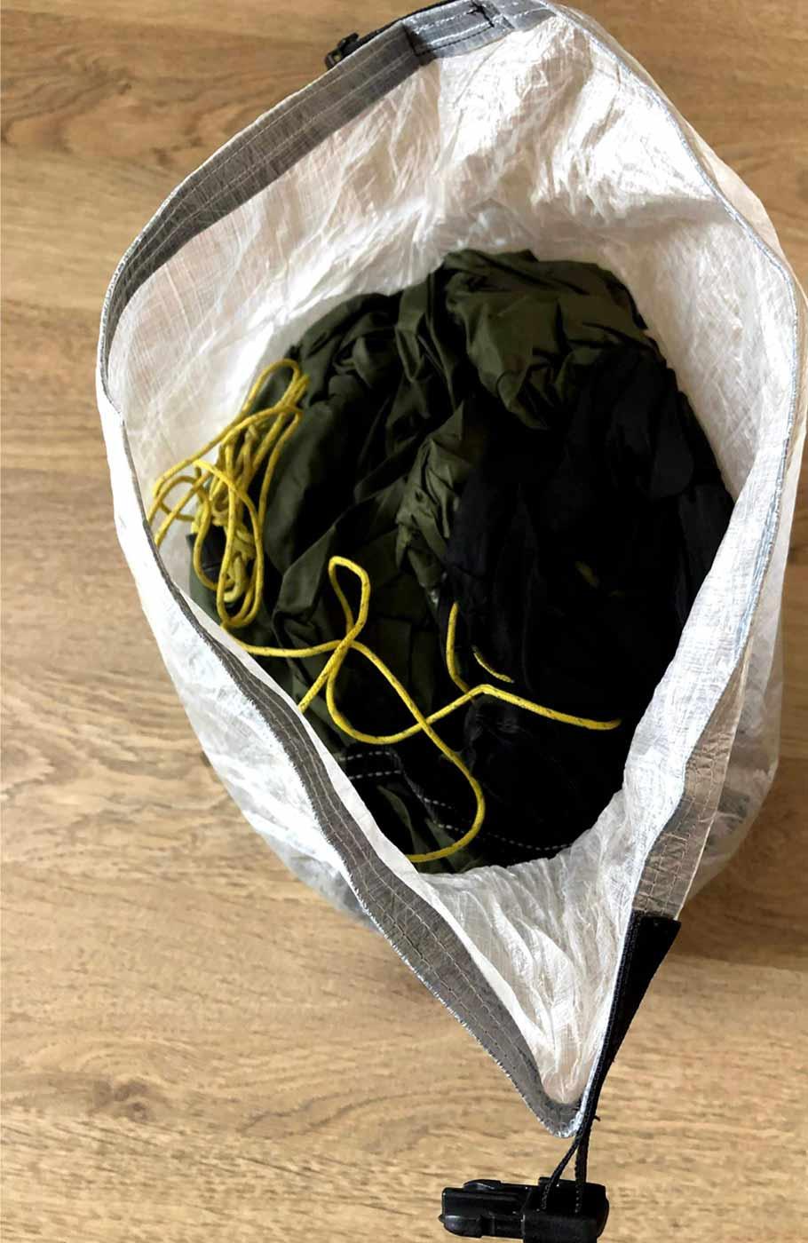 Ultraleichter Dyneema Rolltop Drybag geöffnet mit Zelt befüllt.